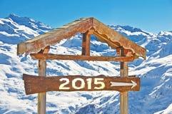 2015 écrit sur un signal de direction en bois, paysage de montagne de neige Photographie stock libre de droits