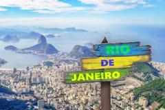 2016 écrit sur un signe, Rio de Janeiro à l'arrière-plan Photos stock
