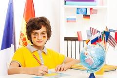 Écriture allemande d'écolier au cahier dans la salle de classe Photo libre de droits