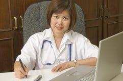 Écriture amicale de docteur à son bureau images libres de droits