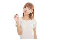 Écriture asiatique de femme avec le marqueur bleu sur le conseil imaginaire Photos stock