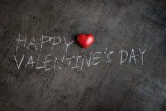 Écriture avec la craie blanche sur le mur Valentine& heureux x27 de ciment ; s DA Photographie stock libre de droits