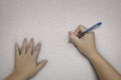 Écriture avec le crayon lecteur sur le tissu Photographie stock libre de droits