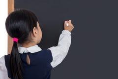 Écriture chinoise asiatique de petite fille sur le tableau noir Images libres de droits