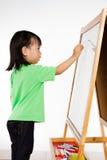 Écriture chinoise de petite fille sur le tableau blanc Photo stock