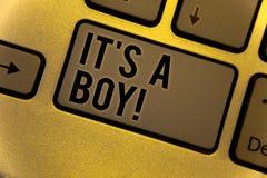 Écriture conceptuelle de main lui montrant S un garçon appel de motivation Les photos d'affaires présentant le bébé masculin est  photographie stock