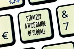 Écriture conceptuelle de main montrant à stratégie un large éventail de global Stratégies mondiales de transmissions des textes d images stock
