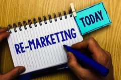 Écriture conceptuelle de main montrant au sujet du marketing Stratégie de présentation de photo d'affaires pour atteindre les cli images stock