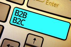 Écriture conceptuelle de main montrant B2B B2C Photo d'affaires présentant deux types pour envoyer des emails à d'autres comptes  Image stock