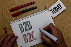 Écriture conceptuelle de main montrant B2B B2C Photo d'affaires présentant deux types pour envoyer des emails à d'autres comptes  images libres de droits
