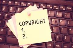 Écriture conceptuelle de main montrant Copyright Exclusivité des textes de photo d'affaires et droit légal assignable donnés au c illustration stock