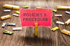 Écriture conceptuelle de main montrant des politiques et la procédure La liste des textes de photo d'affaires de règles définit d Photo libre de droits