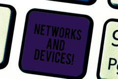 Écriture conceptuelle de main montrant des réseaux et des dispositifs Le texte de photo d'affaires reliait des ordinateurs ou tou photos libres de droits