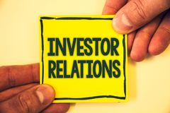 Écriture conceptuelle de main montrant des rapports à l'investissement Les relations d'investissement de finances des textes de p Images stock