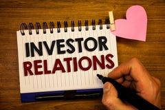 Écriture conceptuelle de main montrant des rapports à l'investissement Les relations d'investissement de finances des textes de p Photographie stock
