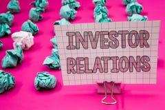 Écriture conceptuelle de main montrant des rapports à l'investissement Les relations de présentation d'investissement de finances Image libre de droits