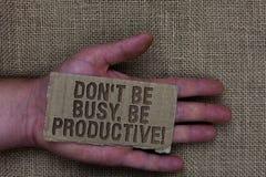 Écriture conceptuelle de main montrant Don t pour ne pas être occupé Soyez productif Le travail des textes de photo d'affaires or images stock