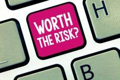 Écriture conceptuelle de main montrant en valeur la question de risque Photo d'affaires présentant demandant si certaine action é photo stock
