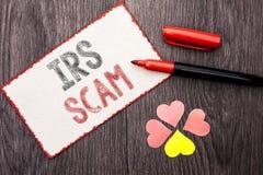 Écriture conceptuelle de main montrant IRS Scam Texte de photo d'affaires avertissant le writt de plan d'alerte de revenu d'argen Photo stock