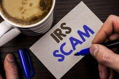 Écriture conceptuelle de main montrant IRS Scam Texte de photo d'affaires avertissant le writt de plan d'alerte de revenu d'argen Images libres de droits