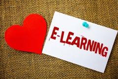 Écriture conceptuelle de main montrant l'apprentissage en ligne L'éducation des textes de photo d'affaires par les cours de instr Images libres de droits