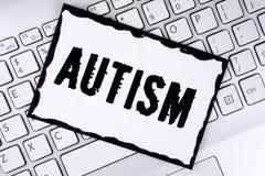 Écriture conceptuelle de main montrant l'autisme Conscience de présentation d'autisme de photo d'affaires conduite par le comité  Photos libres de droits
