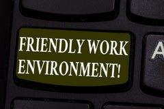 Écriture conceptuelle de main montrant l'environnement amical de travail Photo d'affaires présentant social plus fort de intégrat photo libre de droits