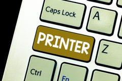 Écriture conceptuelle de main montrant l'imprimante Dispositif de présentation de photo d'affaires utilisé pour imprimer des chos photos libres de droits