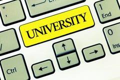 Écriture conceptuelle de main montrant l'université Les étudiants de haut niveau d'établissement d'enseignement des textes de pho photos libres de droits