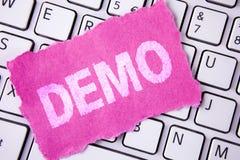 Écriture conceptuelle de main montrant la démo La démonstration de présentation de photo d'affaires des produits par des fourniss images stock