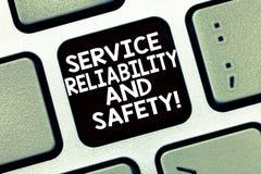 Écriture conceptuelle de main montrant la fiabilité et la sécurité de service Appui de sécurité d'assurance de garantie des texte photo stock