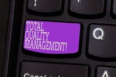 Écriture conceptuelle de main montrant la gestion de la qualité totale Photo d'affaires présentant l'amélioration organisationnel photographie stock