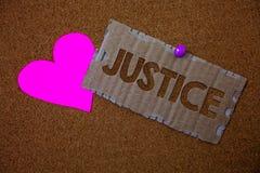 Écriture conceptuelle de main montrant la justice La qualité des textes de photo d'affaires d'être administration juste impartial images stock