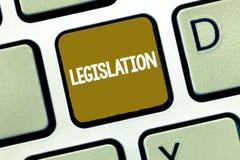 Écriture conceptuelle de main montrant la législation Loi de photo d'affaires ou ensemble de présentation de lois proposées par u photo libre de droits