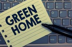 Écriture conceptuelle de main montrant la maison verte La photo d'affaires présentant un secteur a rempli d'usines et d'arbres où photos libres de droits