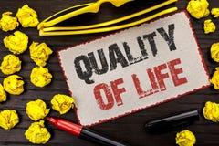 Écriture conceptuelle de main montrant la qualité de vie Bien-être agréable de moments de bon bonheur de mode de vie des textes d Photo stock