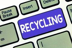 Écriture conceptuelle de main montrant la réutilisation Photo d'affaires présentant convertissant des déchets en matériel réutili photographie stock