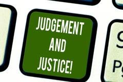 Écriture conceptuelle de main montrant le jugement et la justice Système des textes de photo d'affaires des lois dans un pays qui images stock