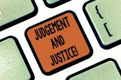 Écriture conceptuelle de main montrant le jugement et la justice Système de présentation de photo d'affaires des lois dans un pay image libre de droits