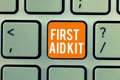 Écriture conceptuelle de main montrant le kit de premiers secours Ensemble des textes de photo d'affaires de matières et d'outils photo libre de droits