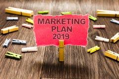 Écriture conceptuelle de main montrant le plan marketing 2019 Le programme des textes de photo d'affaires définissant la marque v photos stock