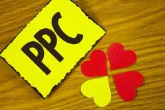 Écriture conceptuelle de main montrant le PPC Salaire des textes de photo d'affaires par trafic direct de stratégies de la public Photographie stock