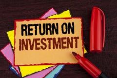 Écriture conceptuelle de main montrant le retour sur l'investissement Évaluation de présentation de mesure de représentation de p Images libres de droits