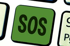 Écriture conceptuelle de main montrant le SOS Lancer un appel urgent des textes de photo d'affaires pour le signal international  photo libre de droits
