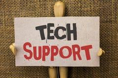 Écriture conceptuelle de main montrant le support technique Aide des textes de photo d'affaires donnée par le technicien Online o Photo libre de droits