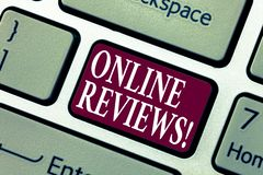 Écriture conceptuelle de main montrant les commentaires en ligne Avis de présentation de notation client d'évaluations d'Internet photo libre de droits