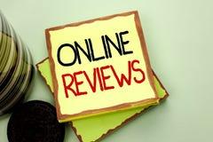 Écriture conceptuelle de main montrant les commentaires en ligne Avis de présentation Satisfacti de notation client d'évaluations photos libres de droits