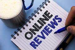 Écriture conceptuelle de main montrant les commentaires en ligne Wri de satisfaction d'avis de notation client d'évaluations d'In photos libres de droits