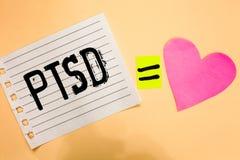 Écriture conceptuelle de main montrant Ptsd Crainte traumatique de présentation Depressi de traumatisme de maladie mentale de dés photographie stock libre de droits