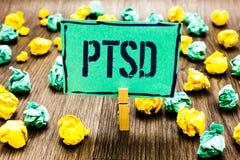 Écriture conceptuelle de main montrant Ptsd Crainte traumatique de présentation Depressi de traumatisme de maladie mentale de dés photographie stock